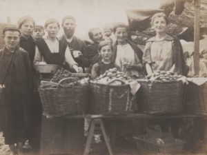 Bedzin sprzedawcy owocow na targu